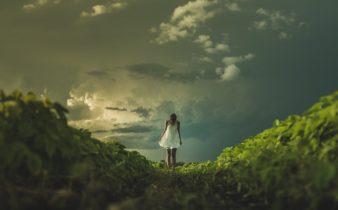 femme seule dans un paysage orageux